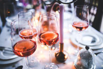 ピンクのような淡い色のロゼワイン