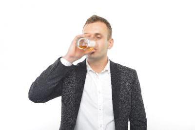 お酒を一人で飲む人