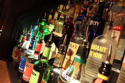棚に飾られたたくさんのお酒