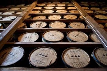 熟成庫に積み上げられた樽