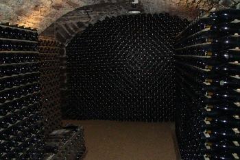 ワインボトルが熟成ために保管される貯蔵庫