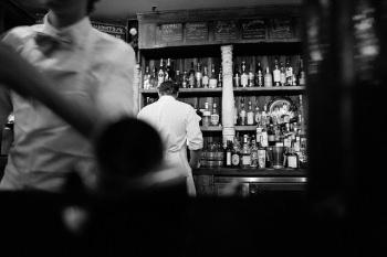 バーで働くバーテンダー