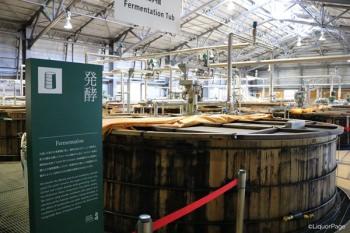 白州蒸留所のずらりと並んだ木桶の発酵槽