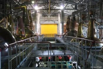白州蒸留所の様々な形状の蒸留器