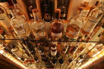 ウイスキーがたくさん並べられた棚
