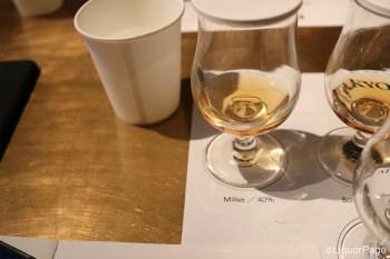 ストレートにウイスキーと同量の水を加えたのがトワイスアップ