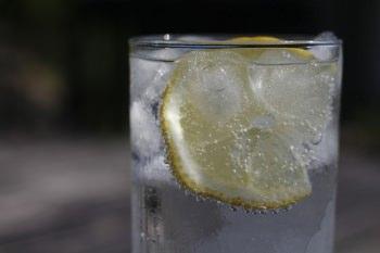 レモンを絞った炭酸水