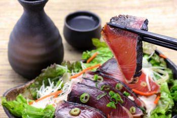 日本酒と野菜がたっぷり添えられた鰹のタタキ