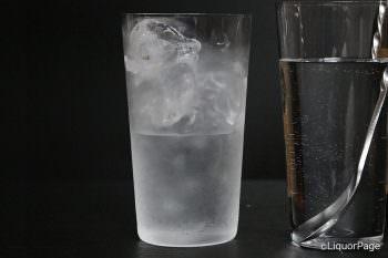 グラスの半分ぐらい焼酎を注いだ状態
