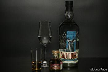 ウイスキーのようにストレートグラスに注がれたテキーラ