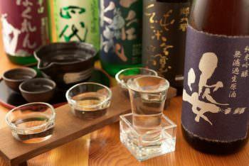 酒瓶と日本酒を注いだグラス
