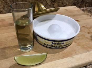 テキーラのショットとライムと塩