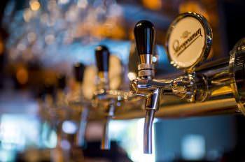 樽に繋がれたビールも缶ビールも中身は同じもの