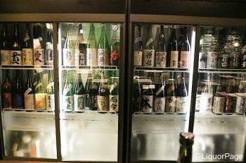 日本酒のショーケース。而今や飛露喜といった日本酒好きなら誰でも知っている銘柄も。