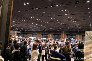 ウイスキーフェスティバルの会場内の様子。人の数がすごい