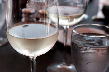 ワイングラスに注いだ日本酒
