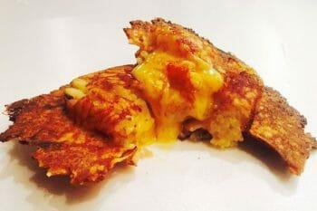 チーズリゾット焼きおにぎりの断面。外はカリッとはなかはトロッとモチモチに仕上がっている
