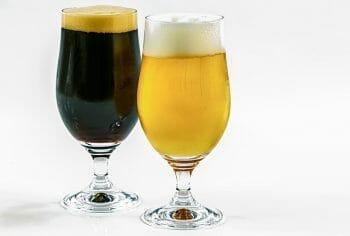 濃色ビールのスタウトと淡色ビールのピルスナー。
