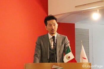 マルガリータについて語る江刺氏。同氏はテキーラ業界では有名なバーテンダー。