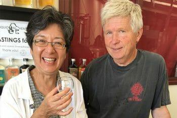 創業者夫婦。ディスティラーを務めるのは夫のジャーガン。©️HOROMATA