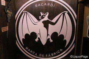 バカルディの巨大ロゴ。これを背景に写真を撮ればまるで自分がコウモリかのように。