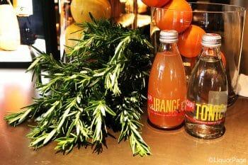 CAPIのトニックウォーター(右)、左はオレンジソーダ。