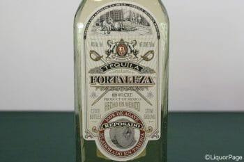 フォルタレサのアネホのラベルには、祖父たちから継承した伝統設備タオナが描かれている。