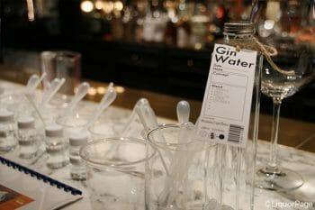 氣水などのノンアルコール・ジンを作る方法もあるが、完成している食用エッセンシャルオイルをブレンドする方が手軽で、楽しみ方の幅は広い。