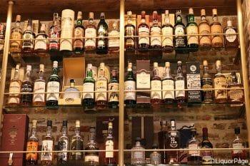 ウイスキーがずらりと並んだ棚