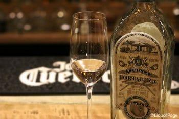 伝説の一族が手がける人気ブランド「フォルタレサ」のブランコ。エグ味を一切感じず、洗練された味わいが魅力の高級品。グラスはリーデルのテキーラグラス。