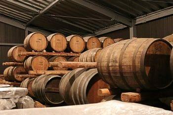 一番手前の樽がバーボン樽(約180リットル)