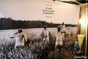 キュロのイメージポスター。サウナでのアイディアに喜んで5人のメンバーがライ麦畑に飛び出している。