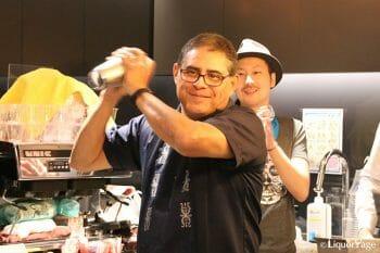 Tommy's Margaritaを作るフリオ・ベルメホ氏。