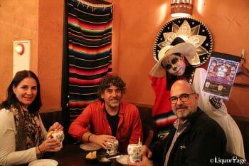 写真右の男性がドン・フリオの生産を指揮するエンリケ・デ・コルサ氏。@エルボラーチョ 銀座コリドー店