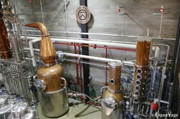 左が450Lの蒸留器、右が140L。どちらもコラムスチルが連結されており、ボイラーで加熱する。