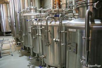 並べられた原酒タンク。一番大きなものは基礎となるジュニパーなどを使用した原酒が詰められるそう。