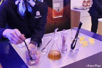 蜂蜜、ハーブソルト、レモンの皮を使ったハイボール。いずれも簡単に手に入り、汎用性が高い素材