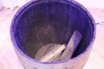実物の樽。内側が黒くなるまで焼き上げることでバニラのような独特の甘みが生まれる