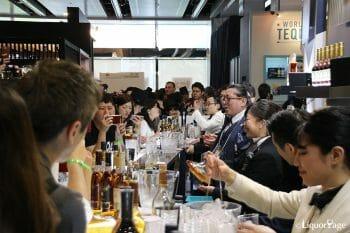 MHD モエ ヘネシー ディアジオ社のブース、美酒を求める人で賑わいを見せていた