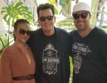 チャーリー・シーン(中央)とドン・スエノスのオーナー夫妻