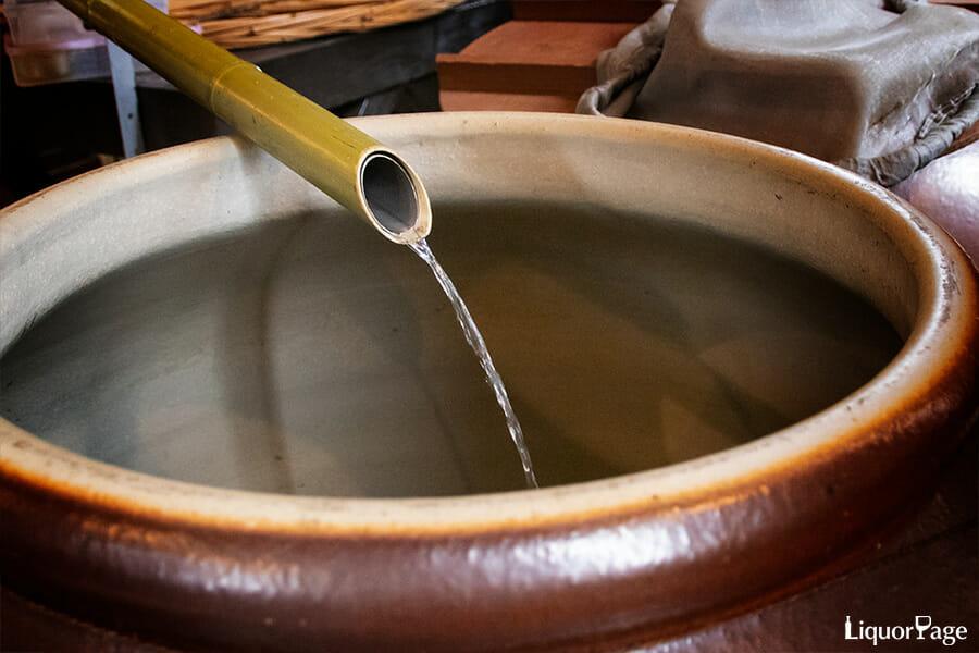 焼酎の伝統的な蒸溜風景