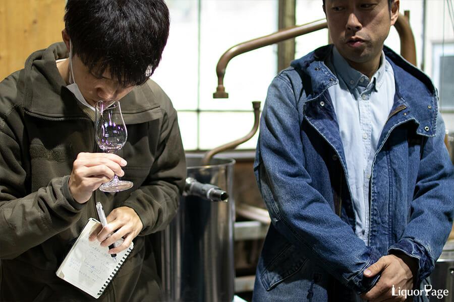 サンプルの香りをチェックする造り手