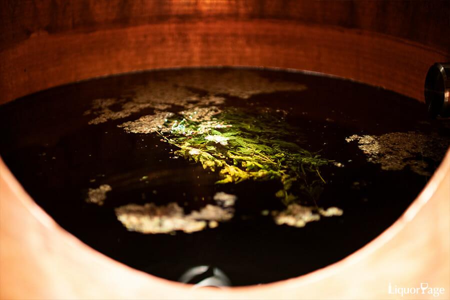 蒸溜器内で浸漬されているボタニカル