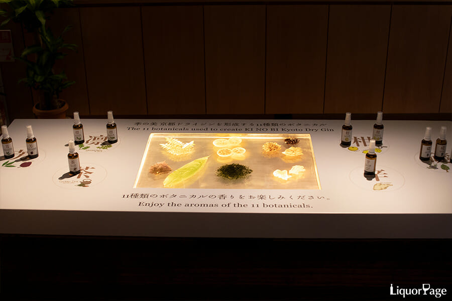 ボタニカルの展示と、それらの香りを確認できるスプレー