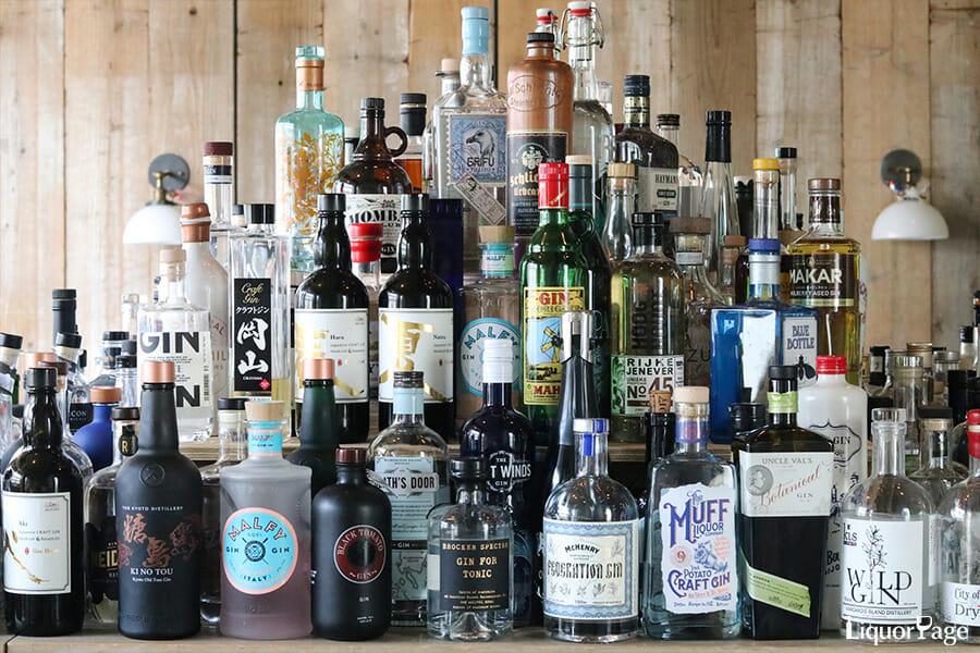 数多くのジンのボトル