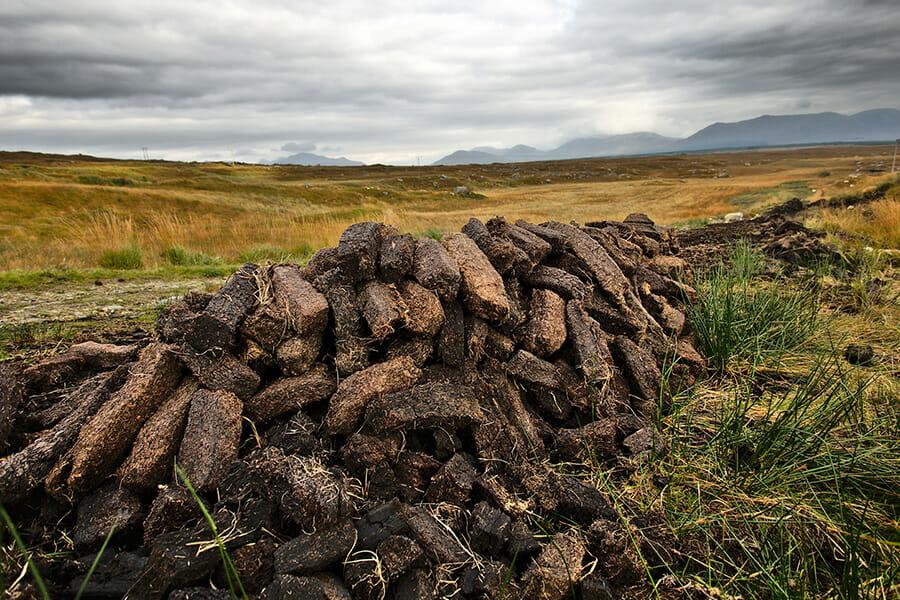 オクトモアに欠かせないピート、麦芽の乾燥の際に大量に焚き込む