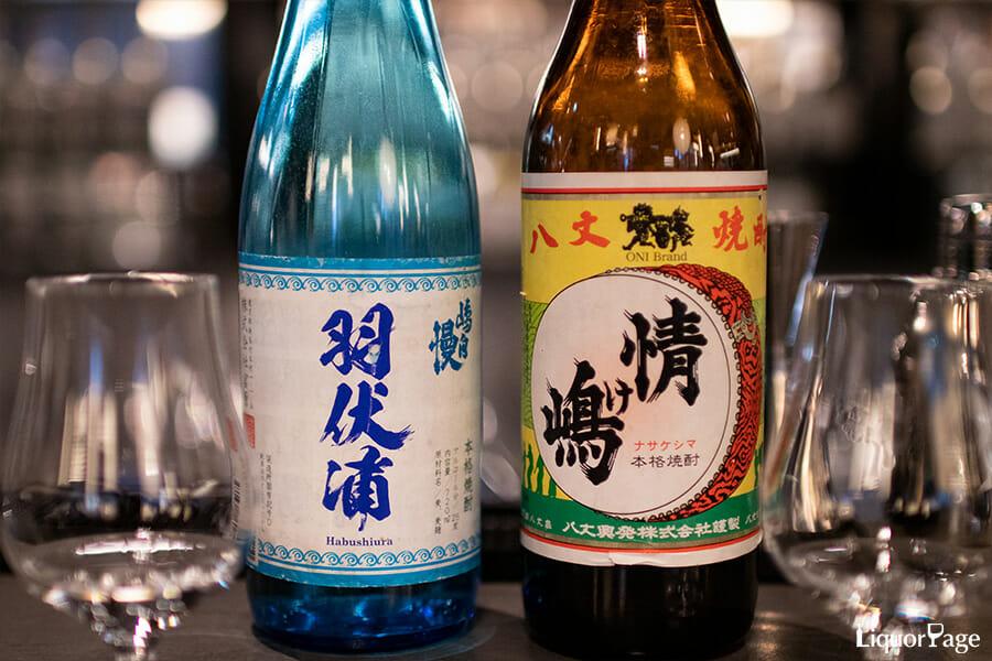 ベースとなる麦焼酎の「嶋自慢 羽伏浦(左)」と「情け嶋」