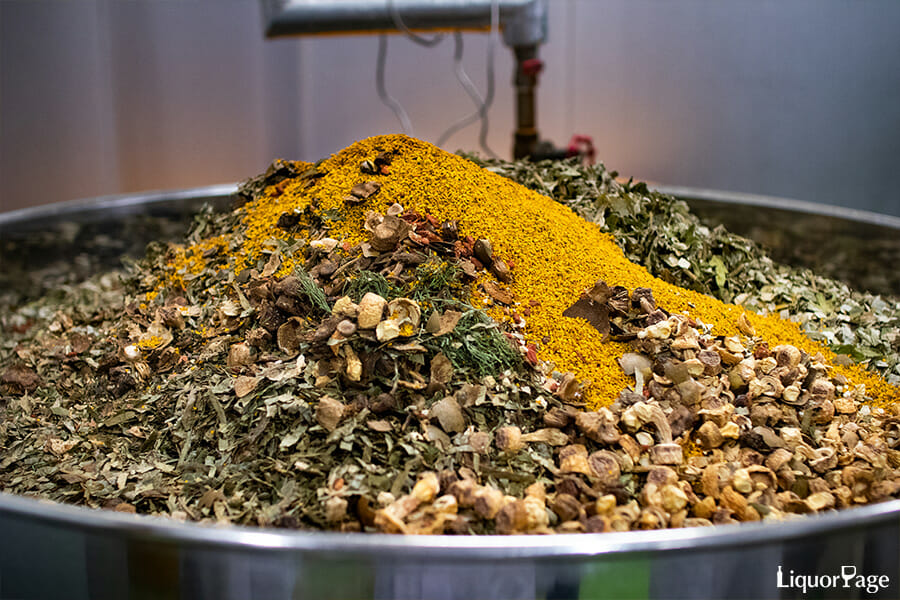 「YASO GIN」のベースとなる「YASO SPIRITS」の原料となる80種類の薬草